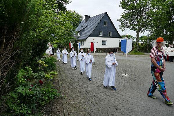 Einzug der Kommunionkinder unter Führung von Doro Lohmann (alias Marzipan Mütze)