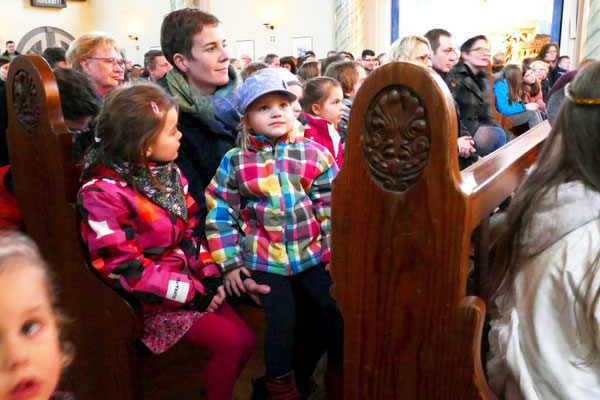 Interessierte Kinder warten auf den Beginn der Christmette