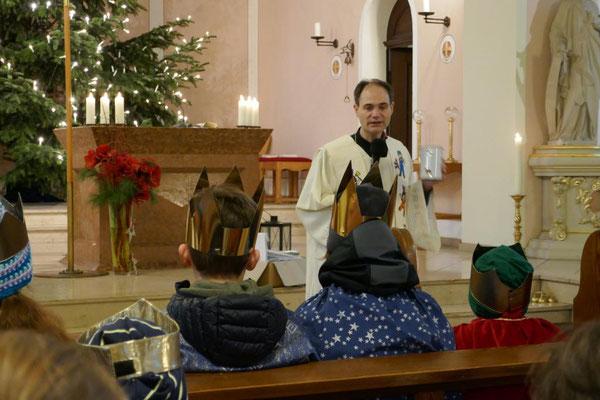 Pfarrer Schmitz bei seiner Ansprache an die Sternsinger