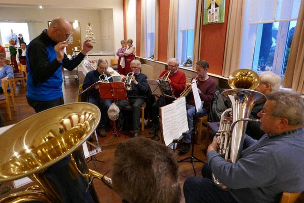 Der Posaunenchor unter Leitung von Oliver Nicolai in Aktion