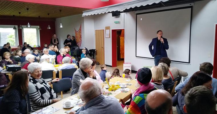 Gemeinderats-Vorsitzender Michael Schwermann begrüßt die Teilnehmer