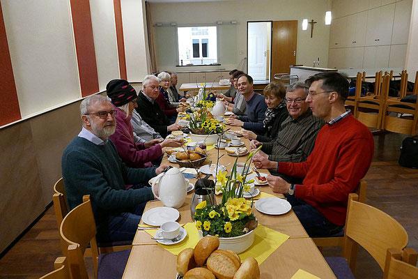 Beim gemeinsamen Frühstück im Gemeindeheim