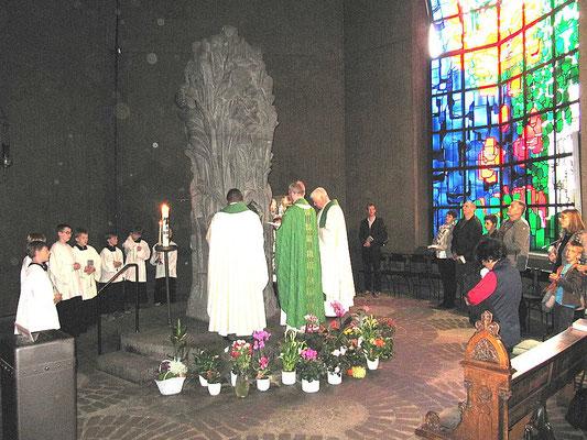 2015: Die Geistlichen Dominik Ekweariri, Pfr. Burkhard Schmelz und Pfr. Wieland Schmidt (v.l.) beim Gnadenbild