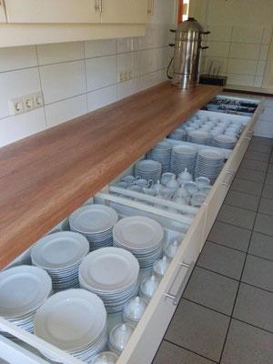 Kein Kniefall mehr für das Porzellan: Es ist in stabilen Schubladen untergebracht