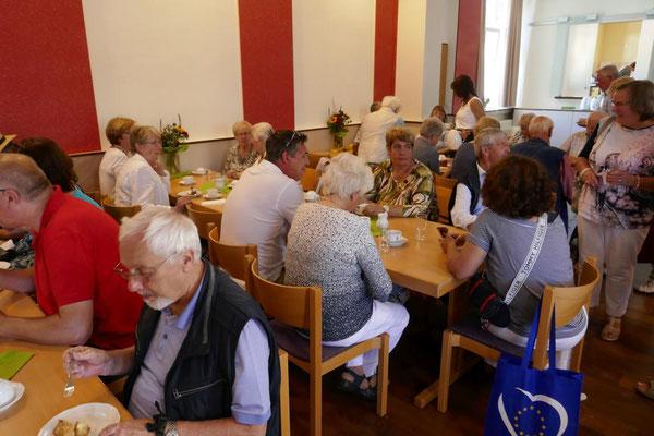 Bei Kaffee und Kuchen im Gmeindeheim