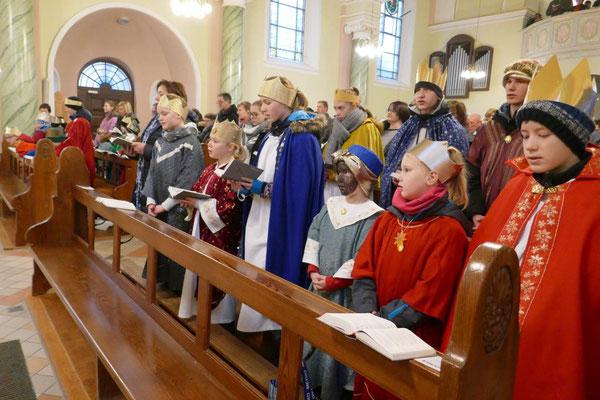 Beim Einzug der Sternsinger in die Kirche