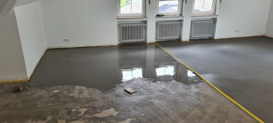 Im Gruppenraum aufgetragene Fußboden-Spachtelmasse