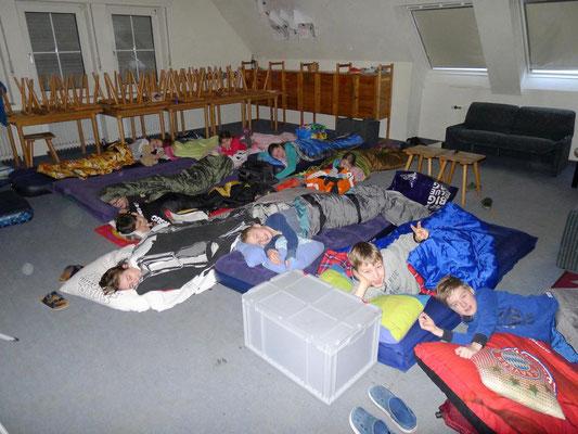 Nachtlager im Gruppenraum (der Pfadfinder)