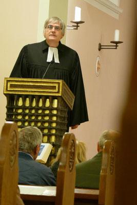 Pfarrer Thomas Bracht predigt an diesem Abend