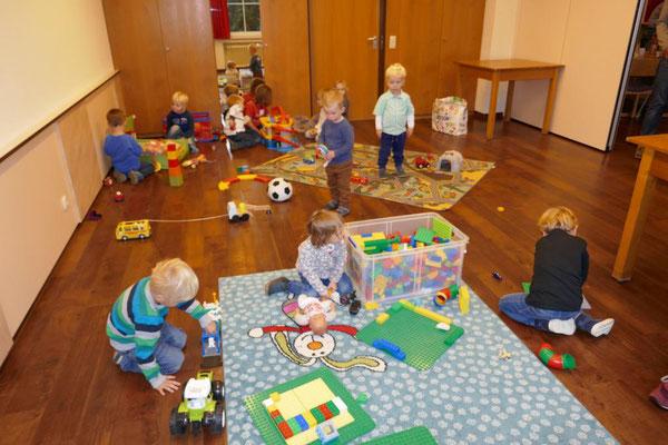 Während dessen spielen die Kleinen eifrig auf den Spielteppichen