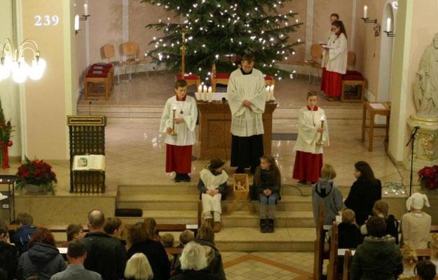Gleich wird das Kind zur Weihnachtskrippe in der Kirche getragen