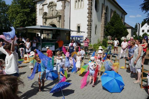 """Kinder spielen die Geschichte von der """"Raupe Nimmersatt"""""""