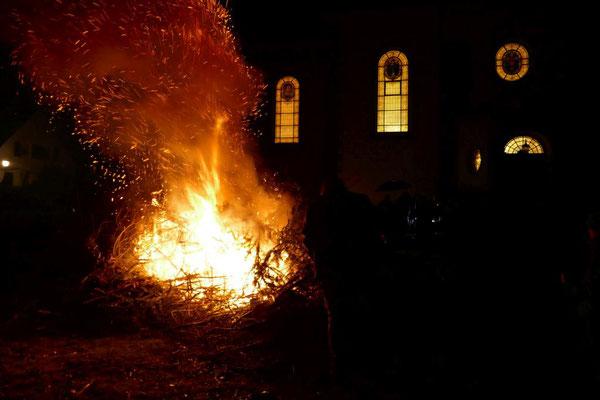 Das an der Osterkerze 2018 entzündete Osterfeuer der Pfadfinder brennt