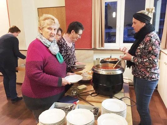 Suppenausgabe im Gemeindeheim