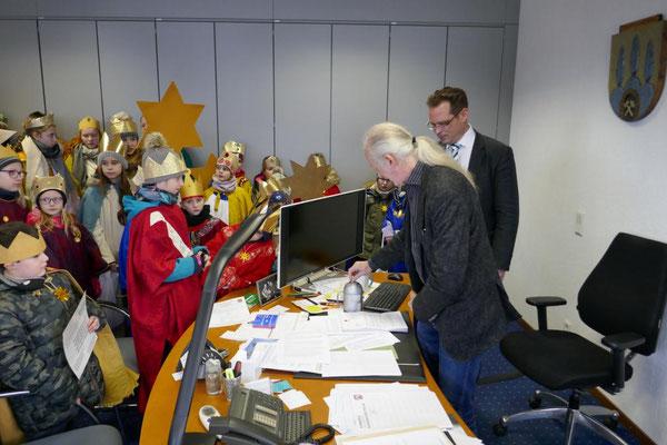 """Ulli Winkelmann """"füttert"""" die Sternsinger-Sammelbüchse"""
