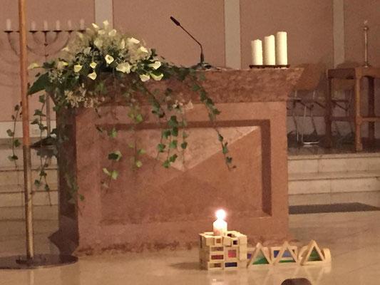 Vor dem Altartisch: die aus Holz gebastelte Kirche
