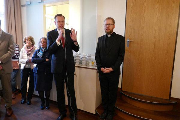 Pfarrer Michael Hayungs von der ev. Gemeinde unterstreicht die Freundschaft beider Geistlichen