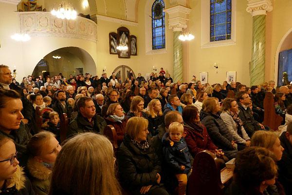 Gläubige in der voll besetzten Kirche