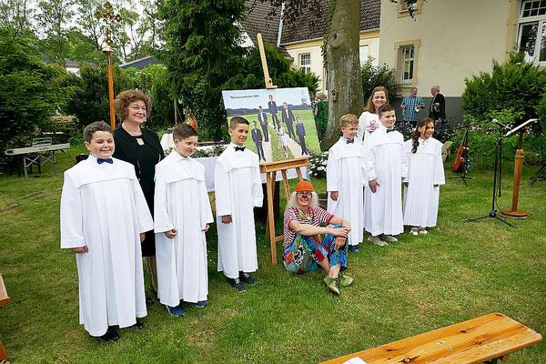Die Erstkommunionkinder mit den Katechetinnen Frau Hofmaier und Frau Staring sowie Doro Lohmann