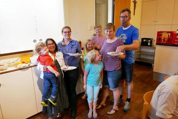 Familiengruppe am Buffet