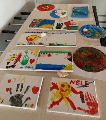 Die Kunstwerke der Kinder müssen noch trocknen, ehe sie mit nach Hause genommen werden dürfen