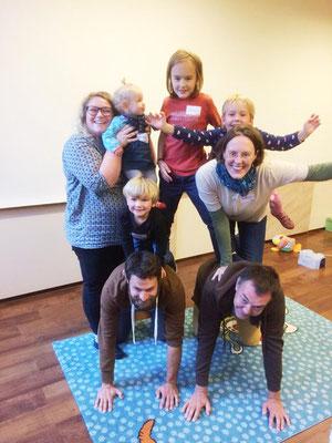 Beispiel einer Menschenpyramide mit Eltern und Kindern beim Familientag am 23.09.2018