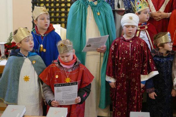 Sternsinger beim Sternsingerlied am Schluss der hl. Messe