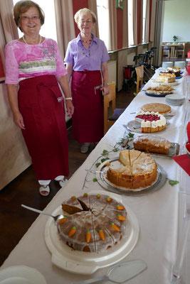 Kuchenbuffet und neue Schürzen der kfd-Frauen