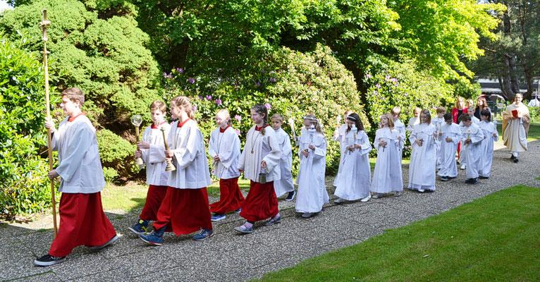 Die Kommunionkinder auf dem Weg zur Kirche