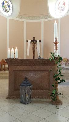 Im Altarraum von St. Josef mit Osterkerze 2020