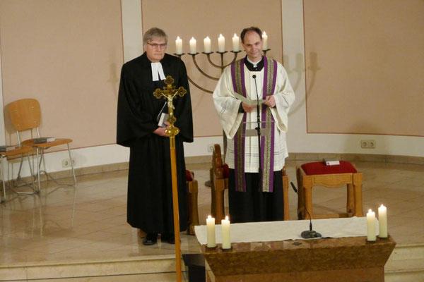 Die Pfarrer Thomas Bracht und Holger Schmitz begüßen die Gemeinde