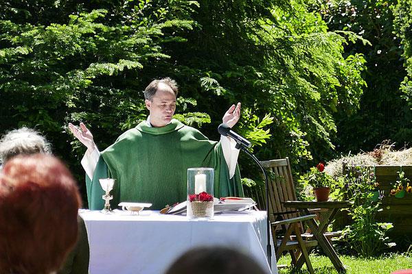 """Pfarrer Holger Schmitz am Altar """"in Pastors Garten"""""""