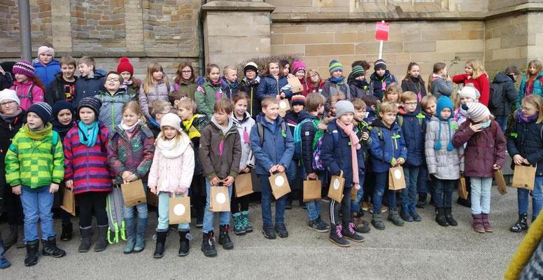 Erstkommunionkinder unserer Pfarrei beim Gruppenfoto vor dem Essener Dom