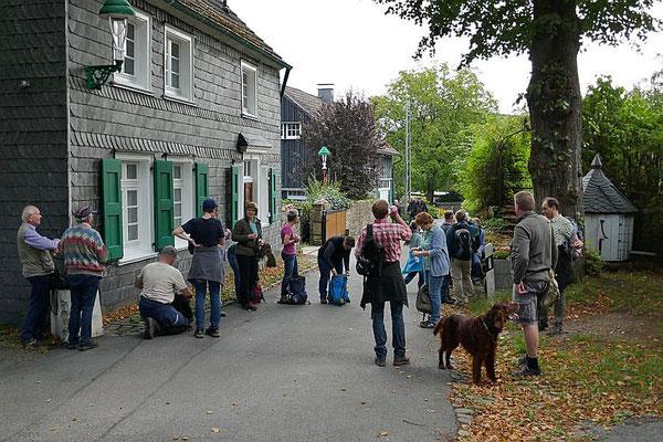 Die Pilger aus St. Josef legen hier im Weiler Schee eine kurze Verschnaufpause ein,...