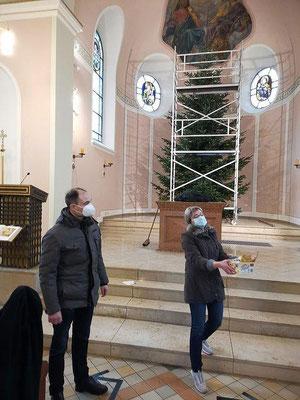 Pfarrer Holger Schmitz und Küsterin Julia Asakas reichen eine Stärkung