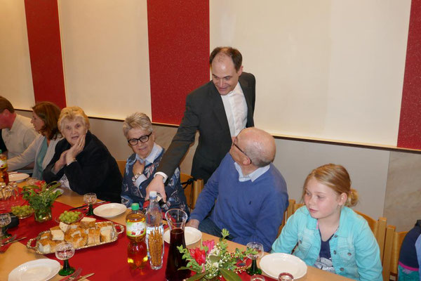 Pfarrer Schmitz schenkt als Gastgeber...