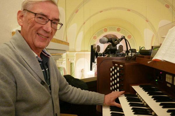 Karl Josef Nüschen begleitet an der Orgel