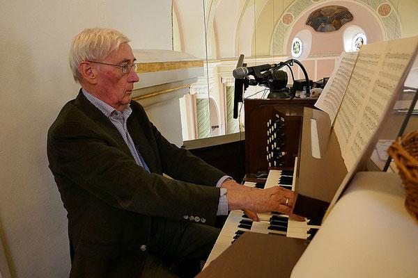 Herr Nüschen an der Orgel