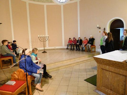 Messdiener stellen den Kommunionkindern den Ministrantendienst vor