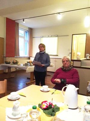 Elisabeth Graf (links) begrüßt die Anwesenden zum gemeinsamen Frühstück