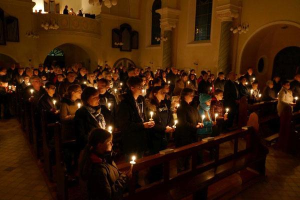 Mit Kerzen erhellter Kirchenraum