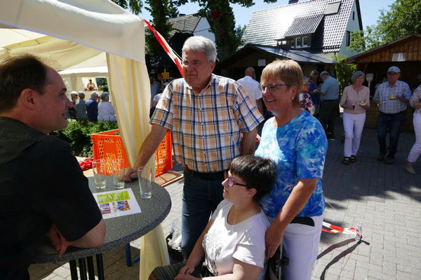 Gäste aus Niedersprockhövel im Gespräch mit Pfarrer Schmitz