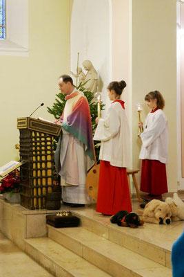 Pfarrer Schmitz verkündet das Evangelium nach Lukas