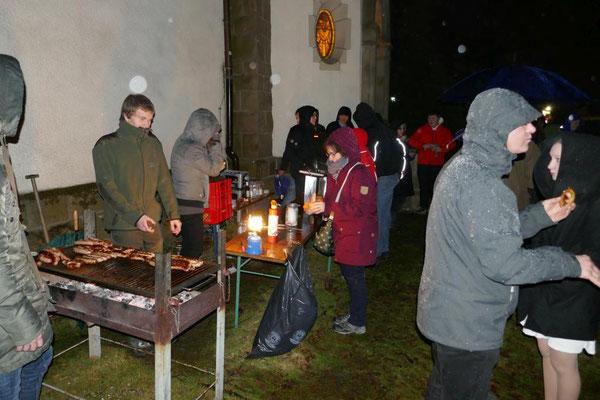 Gäste beim Osterfeuer