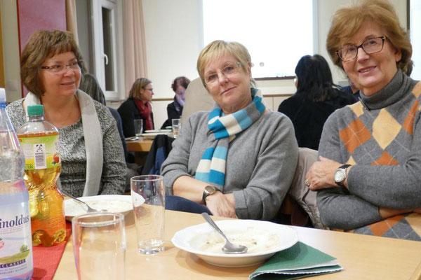 Elisabeth Graf (Mitte) hat als Vors. der Frauengemeinschaft für die Organisation im Gemeindeheim gesorgt