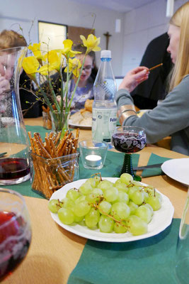 ... Weintrauben unter Blumenschmuck