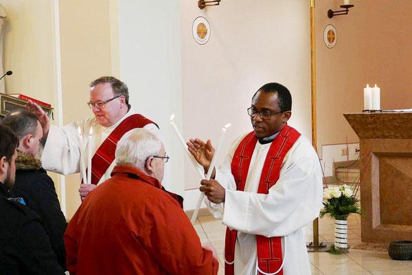 2017: Pastor Dominic Ekweariri (r.) und Diakon Thomas Becker spenden den Segen