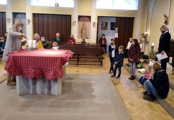 Der Altar wird geschmückt