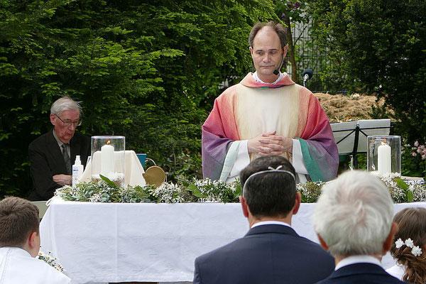 Pfarrer Holger Schmitz zelebriert die Hl. Messe