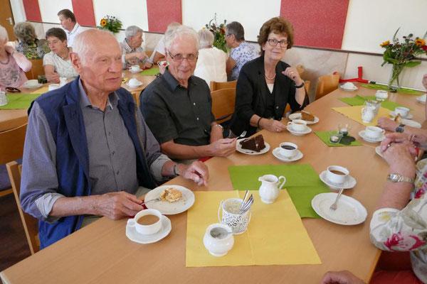 Im Gemeindeheim beim Kaffeetrinken